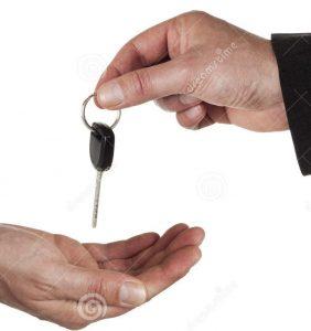 distribuindo-as-chaves-do-carro-19561748